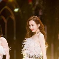 《姐姐2》王鸥四公舞台写真曝光 卷发披肩眼眸间尽是温柔